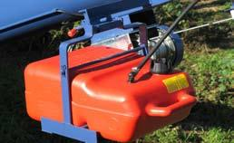 The self leveling 25 litre fuel tank can be easily removed with a quick connector coupling on the fuel line and a quick release tank mount for refueling or if storing the fuel tank away from the auger when not in use.